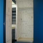 壁紙はラルフローレンの紺の帆船柄 この色に合わせて、洗面所の扉および木目の部分はすべては濃い青に。