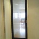 リビング入口<br /> リビング入口は、引き込み戸にしました。開けるときは手動ですが、自動で閉まる優れもの。ハンガー戸なので、とっても軽い賢いドア。高齢化に備えてのセレクトです。