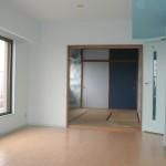 和室の壁は海図模様。壁紙の色に合わせて、襖に二色の青を使いました。和室部屋の木を塗るかは迷ったのですが・・あえて木目を残しました。