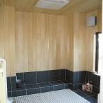 ユニットバス<br /> 構造体である柱があるため、ユニットバスを使用できず製作浴室。以前の浴室は、とても寒かったそうです。窓ガラスをペアガラスに+換気・暖房設備導入し、壁に使用したヒバ材も寒さ緩和に一役かい、木の香り漂う心地よい空間になりました。
