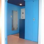玄関のドアには水色のシート。下駄箱は少し濃いめの青を塗り、 絨毯はフローリングに。天井は紺の壁紙。横と梁は青い壁紙。玄関を開けると 青い空間が飛び込んできます。