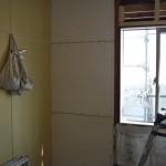 左;耐震ボードにて補強   <br /> 右;壁を壊さずにステンレス製のブレースにて補強。外部からブレース補強ステンレスのため腐りません。<br />