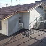 重たい瓦屋根を降ろし、軽い金属屋根への葺替<br /> この工事は耐震工事としても頭を軽くするという観点からとても重要な所です。<br /> 小屋裏換気の為に屋根の棟部分に換気機能を設けました。<br />