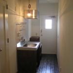 製作物にしました。 キッチンの建具・枠も床材と同じ材料です。
