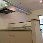 キッチン仕切り部分は、ブロックを積み重ねて<br /> 白いぺんき仕上げ。<br />