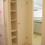 洗濯機置き場<br /> 側面には収納棚