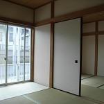 間仕切りの扉は、天井まであけると<br /> すっきり広く感じられます。