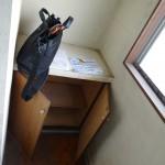 * 白系フローリングと壁紙で明るい玄関に・・・<br /> * 足場板で下駄箱を造り、飾り棚も設けてみました。