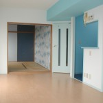 梁の水色の壁紙は、キッチンの壁紙に続いているので色の流れがきれいです。