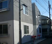 赤いポストのある共同住宅