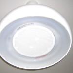 ダイニングテーブル上に換気機能付き照明器具。白い水性塗料が、新規キッチンを引き立てます。清潔感あふれる印象。