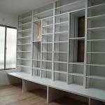 本をたくさん持っている家族のため、作付け本棚を設置しました。地震が起きても棚が外れにくいよう、ひと工夫してあります。<br />