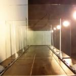 杉板で囲った柱にはガラスの棚板を・・・<br /> 可動照明により、壁に光の模様が浮き出します。