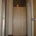 洋室4.5帖扉は、風や光の通り道を意識出来る様<br /> 木製じゃろじ風扉に・・・・