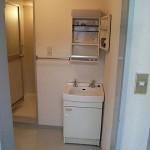 洗面所の入り口と洗面台の配置を変更<br /> 脱衣かごやタオルを置くスペースを確保しました。