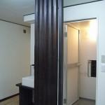 after ; バスまわり<br /> 玄関からお風呂と脱衣所が見えてしまうのでアクセントカラーのこげ茶色ルーバーを設置。<br />