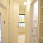 丸い窓つきの扉      洋室へ天井高の扉
