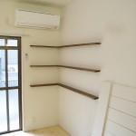 換気扇のダクトは、   白壁にアクセントの飾り棚<br /> あえて露出仕上げ。<br /> <br />