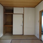 * 押入れを開放オープンな収納スペースに。 上部には足場板で収納棚を作りました。<br /> * ドアは、小さなガラスが入ったレトロ感のある木製扉にしてみました。