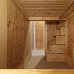 各ブース;上段へのステップ<br /> 箱型にした針葉樹パネルを組み合わせ、収納付階段に・・・