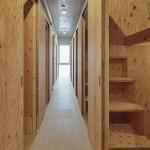 両サイド各ブース中央には通路<br /> 天井・床には、サイザル柄の塩ビタイルを貼りました。