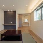 居室奥にワークスペース。壁には、エコカラットを貼りインパクトのある空間に!