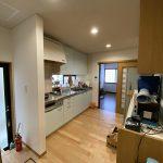 床はリビングと印象を変え、ナチュラル色に変更。<br /> キッチンも木目柄から薄い水色に交換し、ポップで明るいキッチンに変身しました。