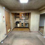 キッチンには冷蔵庫を設置するスペースがなかった為、キッチンのサイズを小さくして冷蔵庫を並べて置けるようにしました。<br /> また、キッチンとダイニングの仕切りになっている下がり壁が、狭さや圧迫感の原因になっていたので、これをなくし大きなLDKに見えるようにしました。<br />