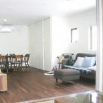 ●リビング <br /> 床材に無垢材を使用。素足で歩くと無垢材の良さを実感!<br /> 和室への濃い高部分を広くしました。 麩を開けるとLDKからつながる広い空間が・・・