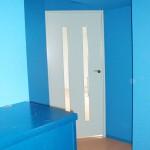 入口のドアは薄い水色に塗りました。ドアと壁と天井のコントラストが映えます。