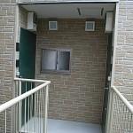 室内面積を十分に確保するため、敷地内にある隣接鉄骨造共同住宅の外階段を利用。<br /> 隣接する鉄骨造物件と渡り廊下で繋ぐことにより階段スペースも居室内面積に・・・
