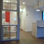 1LDKの部屋に・・・<br /> 白い壁にアクセントカラーの赤と青