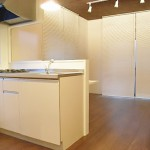 高級感のあるウォールナットのフローリングにIKEAの家具を合わせました。