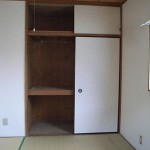 押入れ襖を外し、オープンな収納へ・・・<br /> 居室空間も広がりました。