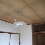 天井も白いペンキ仕上げました。<br /> 部屋の雰囲気に合うように<br /> 照明器具もちょっとレトロ風。