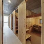 各ブースは、針葉樹合板と2×4材で作ったパーテーションで区切りました。