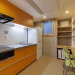 鮮やかなオレンジのキッチン